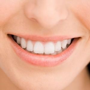 des dents blanches avec du bicarbonate de soude et du citron