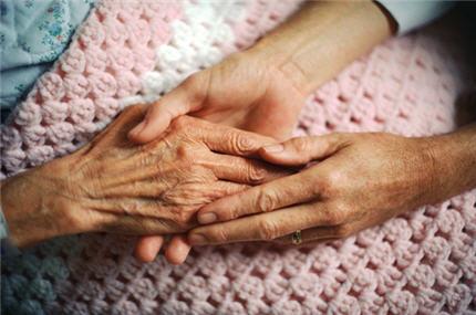 Pourquoi Alzheimer touche plus les femmes